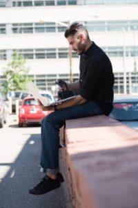 黒シャツ座る外国人男性4